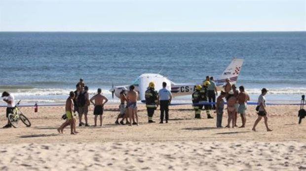 Un hombre y una niña murieron al ser chocados por una avioneta que realizó un aterrizaje de emergencia