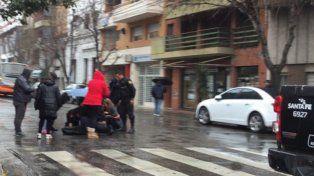 Momento crucial. La joven madre es asistida en la calle tras haber sido atropellada en Ovidio Lagos y Rioja.