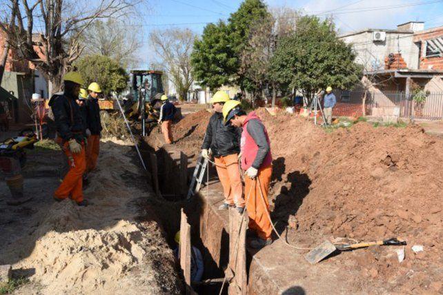 Excavación. Obreros trabajan para extender las cloacas.