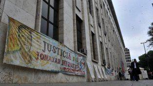 Familiares y amigos de Jonatan vuelven a las puertas de Tribunales.