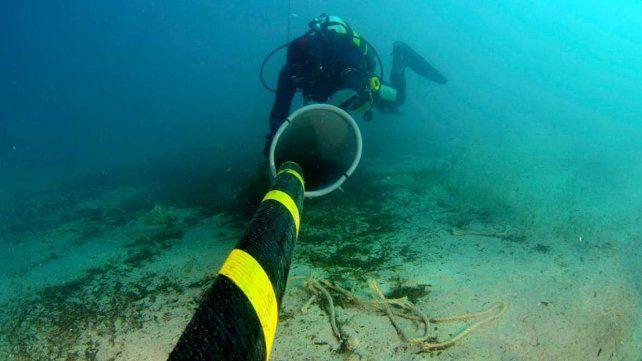 Un buzo trabaja en la reparación de un cable submarino.