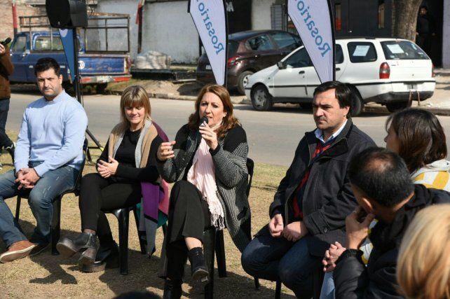 La intendenta Mónica Fein habla con los vecinos en barrio Corrientes.