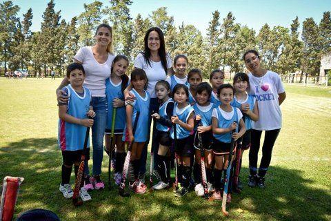 A la cancha. Anita Martínez impulsa la actividad deportiva para jóvenes.