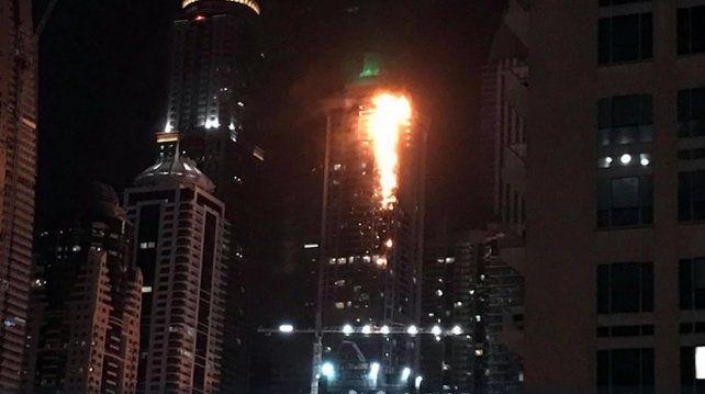 Impresionante incendio en uno de los rascacielos más grande del mundo