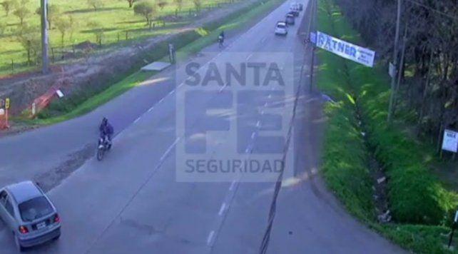 Un video muestra el violento choque de un motociclista con un auto en la zona oeste