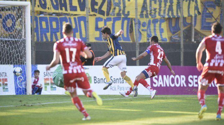 Protti ya recibió de Diego Becker y marca el primero del canalla en la tarde del 15 de Abril.
