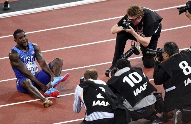 Festejo y emoción. Así quedó Gatlin al coronarse en los 100 metros.