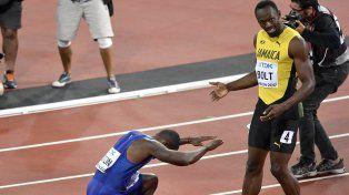 El gesto. Gatlin se arrodilló frente a Bolt tras imponerse y obtener el oro.