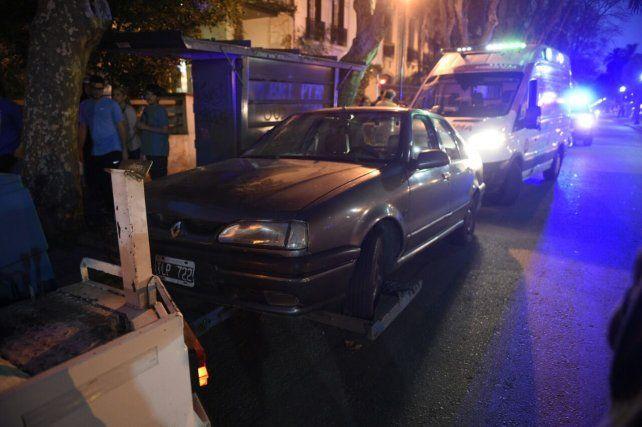 Remitido. El Renault 19 del joven de 25 años que chocó dos autos estacionados en Oroño y San Lorenzo.