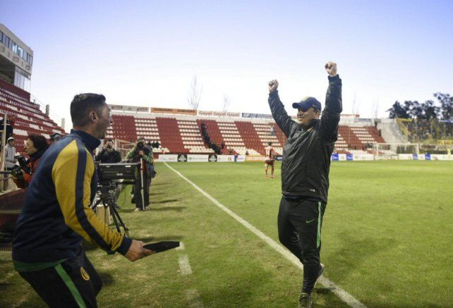 Leonardo Fernández festeja tras el pitazo final del árbitro Nazareno Arasa.