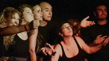 Mientras el público se ocupa de contar historias, los intérpretes las improvisan y corporizan.