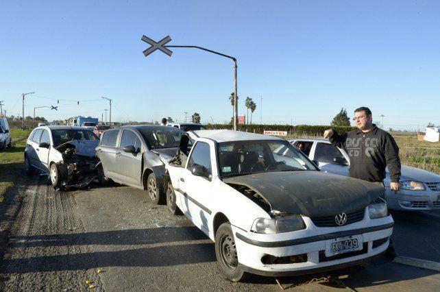 Encadenados. Los vehículos colisionaron a la salida de la ciudad.