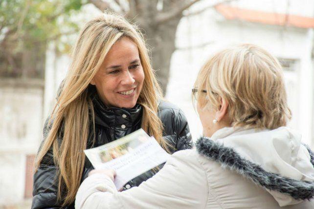 Cara a cara. Daniela León relevó la situación de los barrios rosarinos.