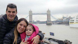 Alma y sus padres. La campaña solidaria costeará la terapia en Italia.