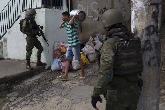 Vida diaria. Unos 3.600 militares patrullan las favelas cariocas