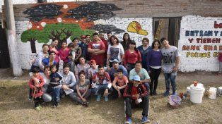 Otra opción. Atrás el mural pintado por los jóvenes del barrio