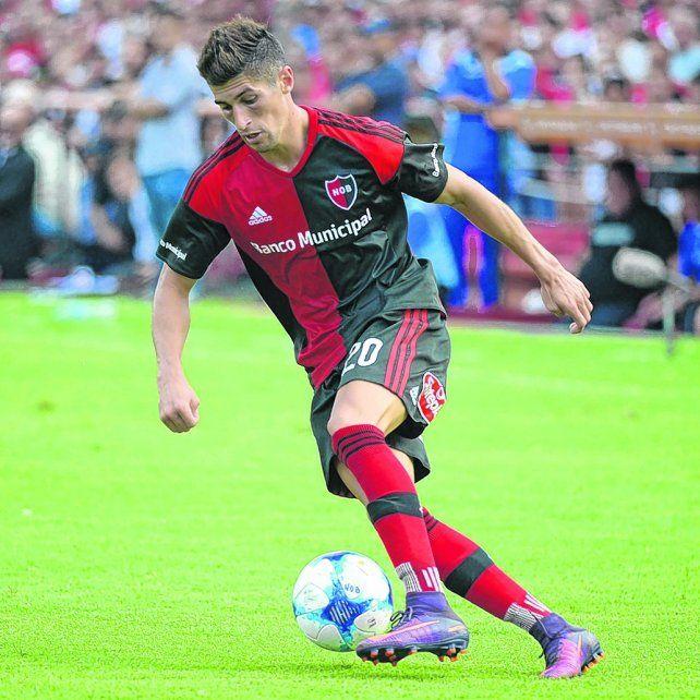 En movimiento. Joel Amoroso conduce la pelota en un ataque leproso. Su futuro será Belgrano.
