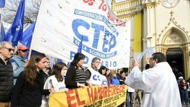 Organizaciones sociales marcharon hasta San Cayetano por trabajo y emergencia social