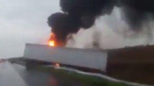 La imagen del camión prendido fuego.