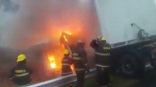 Pánico en la autopista Rosario-Buenos Aires por el incendio de un camión