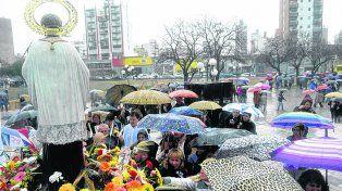 bajo el agua. La imagen del santo llegó a la plaza Libertad, pero la misa se suspendió por la lluvia.