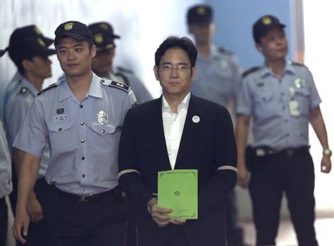 esposado. Lee Jae-yong ingresa ayer a los tribunales para hacer su alegato y escuchar la acusación del fiscal.