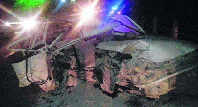 Siniestro. El Fiat Uno chocó en la ruta 18 entrerriana y luego se incendió.