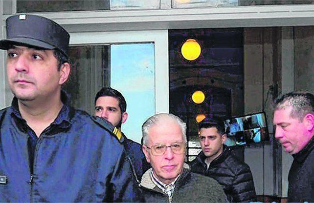 en Silencio. El acusado Gustavo Rivas se retiró ayer de los Tribunales de Gualeguaychú con custodia policial.