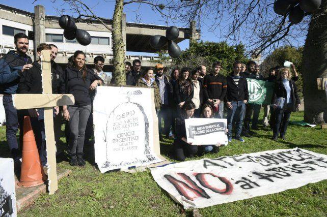 Los científicos protestaron esta mañana en el predio de La Siberia.