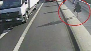 Un peatón empuja a una mujer en la calle y se salva de milagro de ser atropellada por un bus