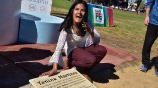 Yanina Martínez posa junto a la placa colocada con su nombre frente a la recta de los 100 metros de la pista del estadio Jorge Nebery.