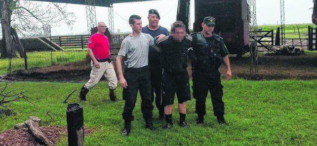 Traslado. Personal policial se llevaba detenido