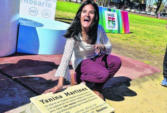 Placa. Yanina posó junto a la placa que lleva su nombre en el estadio municipal Jorge Newbery.