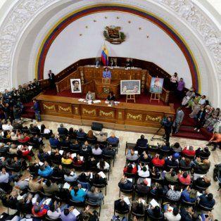 Entre cuadros de Bolívar y Chávez, los constituyentes sesionaron en el recinto legislativo.