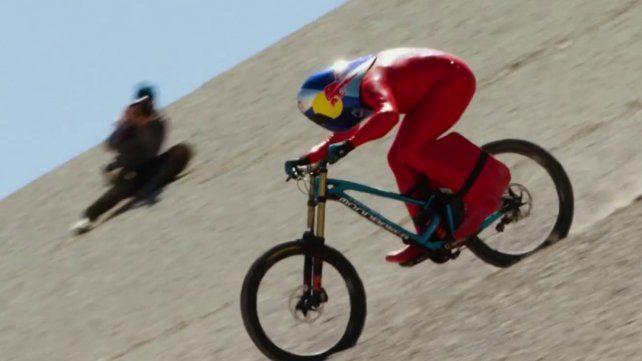 Logró el récord mundial de velocidad al bajar una montaña en su bicicleta