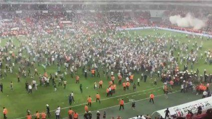 Batalla campal tras la final de la Supercopa de Turquía