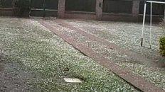 El parque de una casa en Funes tapizada con el granizo que cayó.