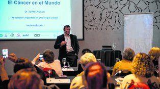 El tiempo es oro. El oncólogo Juan Lacava insistió en la importancia de detectar el cáncer en forma rápida.