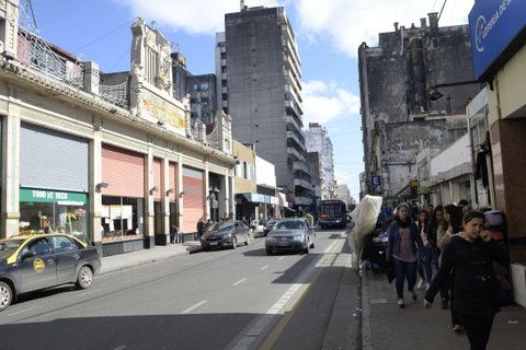 lo que viene. Las persianas multicolores de calle San Luis darán paso en breve al arte de Juan Grela.