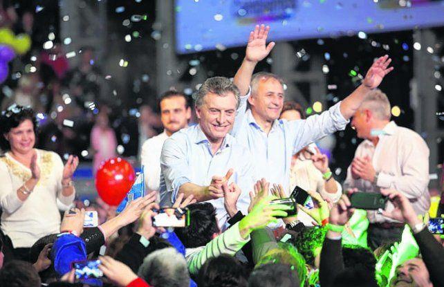 todas las manos. Macri cuestionó al kirchnerismo en el acto de cierre.