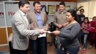 Ceremonia. El intendente Raimundo entrega becas a los estudiantes.
