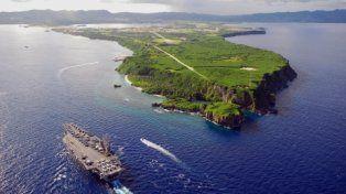 Máxima Alerta. Un portaaviones estadounidense llega a la base naval ubicada en la remota isla del Pacífico.
