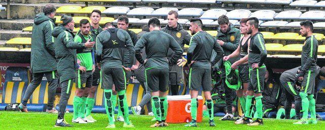 Grupo. Montero les da indicaciones a los jugadores antes del amistoso.