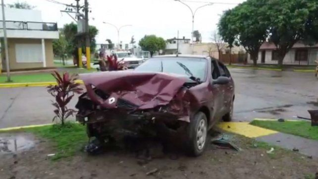 Estado en el que quedó el Renault Megane embestido por un Suzuki donde viajaban cinco jóvenes.