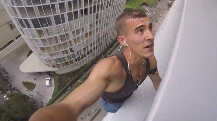 Detienen a un hombre araña ruso después de escalar una torre en Ciudad de México