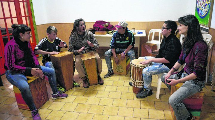 En pleno ensayo con un grupo de integrantes del taller