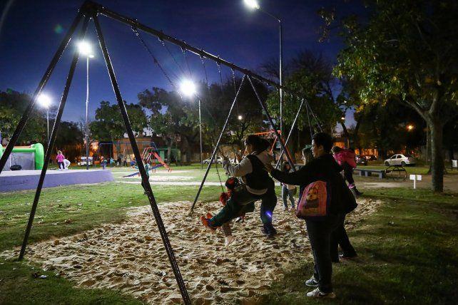Iluminada. Las luces LED ya están colocadas en la plaza Argentina.