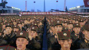 Soldados norcoreanos aplauden a su líder