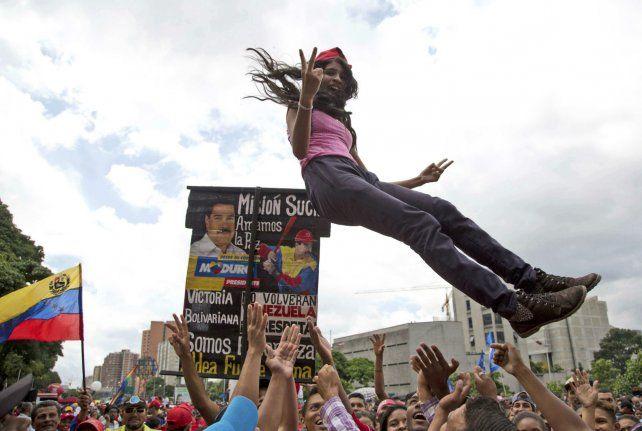 Disensos. Una joven oficialista celebra la instalación de la Asamblea Constituyente de Maduro.
