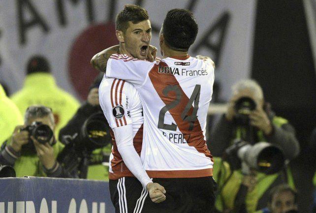 Con Guaraní. Enzo Pérez saluda a Alario. Luego se cortó la rodilla pero ayer trabajó.